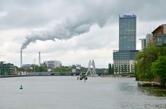 Vista no fumo da chaminé em Berlim, Alemanha Fotografia de Stock