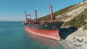 Vista no grande navio de petroleiro vermelho no mar perto da costa tiro Vista de acima video estoque