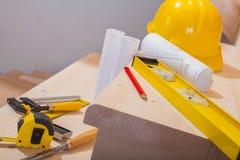 Vista no grupo de ferramentas de funcionamento em etapas da escada de madeira foto de stock