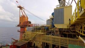 Vista no guindaste dos equipamentos de perfuração a pouca distância do mar filme
