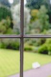 Vista no jardim através da janela velha do vintage Fotografia de Stock