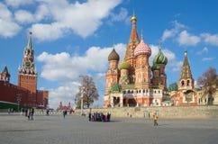 Vista no Kremlin de Moscou e na catedral do ` s da manjericão do St, Rússia fotos de stock