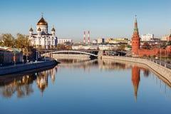 Vista no Kremlin e na catedral de Jesus Christ Saviour fotografia de stock royalty free