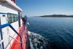 Vista no Lago Baikal e em uma ilha do barco fotos de stock royalty free