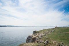 Vista no Lago Baikal sobre as costas rochosas do cabo do ` s de Kurma imagem de stock