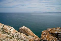 Vista no Lago Baikal sobre as rochas cobertas no líquene foto de stock