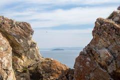 Vista no Lago Baikal sobre as rochas cobertas no líquene imagem de stock