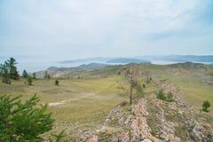 Vista no Lago Baikal sobre um estepe rochoso com árvores de larício fotos de stock