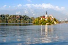 Vista no lago Bled e na igreja da peregrinação da suposição de março foto de stock