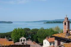 Vista no lago do castelo medieval de Passignano em Itália imagem de stock