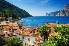 Vista no lago Garda sobre casas do vintage em Torbole imagem de stock royalty free