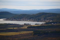 Vista no lago Jarvtrasket em Norrbotten na Suécia foto de stock