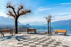 Vista no lago Maggiore pelo Belvedere Pasquè de Brezzo di Bedero, província de Varese fotos de stock royalty free