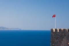 Vista no mar com bandeira, Alanya Imagens de Stock