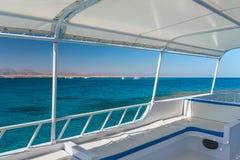 Vista no mar coral de um iate branco Lugar perfeito para mergulhar Férias de verão no mar Fotos de Stock Royalty Free