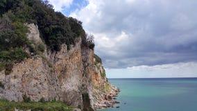Vista no mar de Cantábria e no penhasco da borda na Espanha norte fotos de stock royalty free
