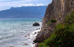 Vista no Mar Negro da costa selvagem recurso da costa em Crimeia, mar imagem de stock royalty free