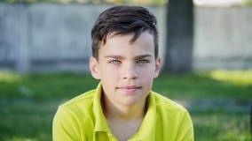 Vista no menino da câmera com olhos azuis vídeos de arquivo