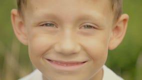 Vista no menino da câmera com olhos grandes filme