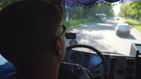 Vista no motorista de caminhão irreconhecível dentro da equitação da cabine na estrada de cidade e na viagem da apreciação no dia vídeos de arquivo