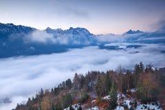 Vista no nascer do sol nevoento da parte superior da montanha Imagem de Stock