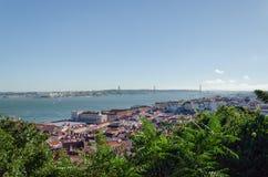Vista no 25o monumento de April Bridge, de Tagus River e de Cristo Rei Imagens de Stock