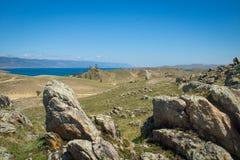 Vista no passo pequeno do mar do Lago Baikal sobre o estepe rochoso imagem de stock royalty free