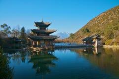 Vista no pico e no pagoda do dragão do jade. fotografia de stock