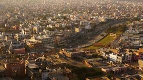 Vista no pinkcity de jaipur com fachadas e detalhes coloridos do monte do templo filme