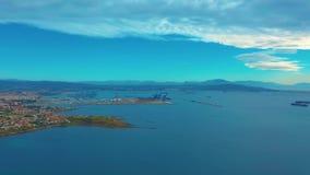 Vista no porto da carga e na baía da baía de Gibraltar de Algeciras Gibraltar, Reino Unido, Europa video estoque
