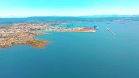 Vista no porto da carga e na baía da baía de Gibraltar de Algeciras Gibraltar, Reino Unido, Europa vídeos de arquivo