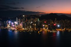 Vista no porto de Victoria em Hong Kong no por do sol imagens de stock royalty free
