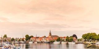 Vista no porto histórico com os iate na vila holandesa de Fotografia de Stock