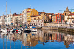 Vista no porto velho de Gijon e de iate, as Astúrias, Espanha do norte Imagens de Stock Royalty Free