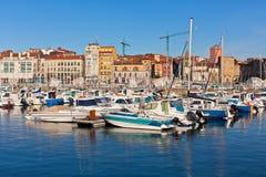Vista no porto velho de Gijon e de iate, as Astúrias, Espanha do norte Fotografia de Stock Royalty Free