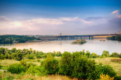 Vista no rio Dnieper e na represa em Zaporozhye fotografia de stock