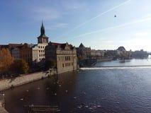 Vista no rio e na cidade Fotos de Stock Royalty Free