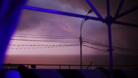 Vista no temporal vermelho dramático do céu noturno Flash da iluminação fios Clima de tempestade Tempestade perigosa vídeos de arquivo