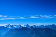 Vista no Torrenthorn em um dia ensolarado do outono, vendo os cumes suíços, Suíça/Europa fotografia de stock