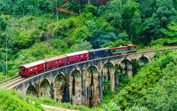 Vista no trem que passa sobre a ponte de nove arcos em Ella, Sri Lanka imagem de stock