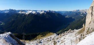 Vista no vale da montanha e no lote verdes dos picos da neve/do vale/para o sul de Tirol/Italia brancos do fassa Imagem de Stock