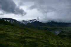 Vista no vale de Basar e de Porsmörk em um dia nebuloso, Islândia fotografia de stock