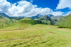 Vista no vale nas montanhas Georgian Estrada com Fotografia de Stock Royalty Free