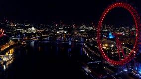 Vista nocturna aérea de Big Ben y el río Támesis en Londres almacen de metraje de vídeo