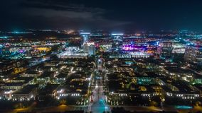 Vista nocturna aérea de la ciudad metrajes