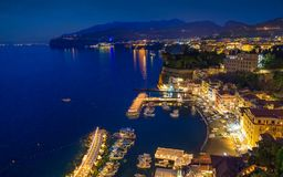 Vista nocturna aérea de la costa costa Sorrento, Italia fotografía de archivo libre de regalías