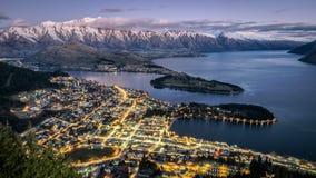 Vista nocturna aérea de la montaña de Queenstown y de los remarkables, Nueva Zelanda fotografía de archivo