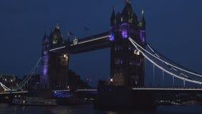 Vista nocturna céntrica de Londres con tráfico del puente y del barco de la torre en el río Támesis