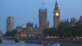 Vista nocturna con el palacio de Westminster y Ben Tower Lighted grande en Londres en el centro de la ciudad