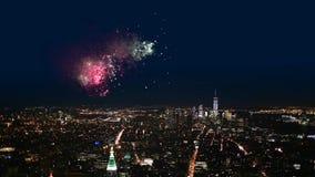 Vista nocturna con los fuegos artificiales de Manhattan almacen de video